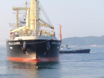 曳船と綱取りボートによる接岸作業