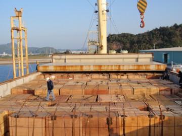 本船に積まれた貨物(合板)